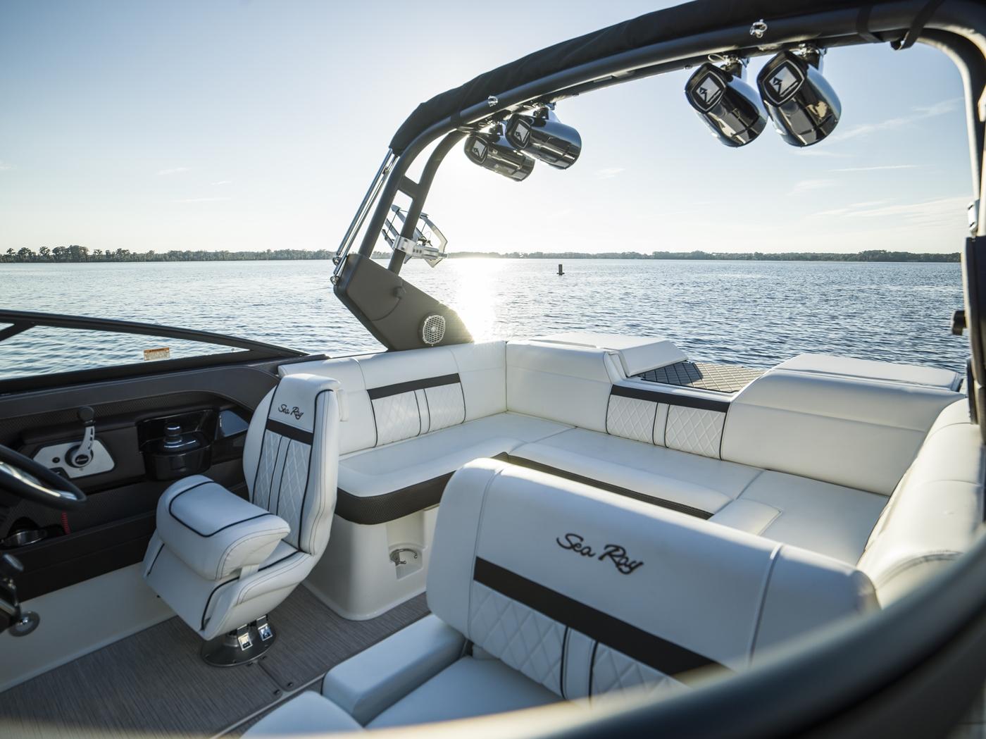 Sea Ray SLX 230 Bowrider: 23' & 13-person capacity